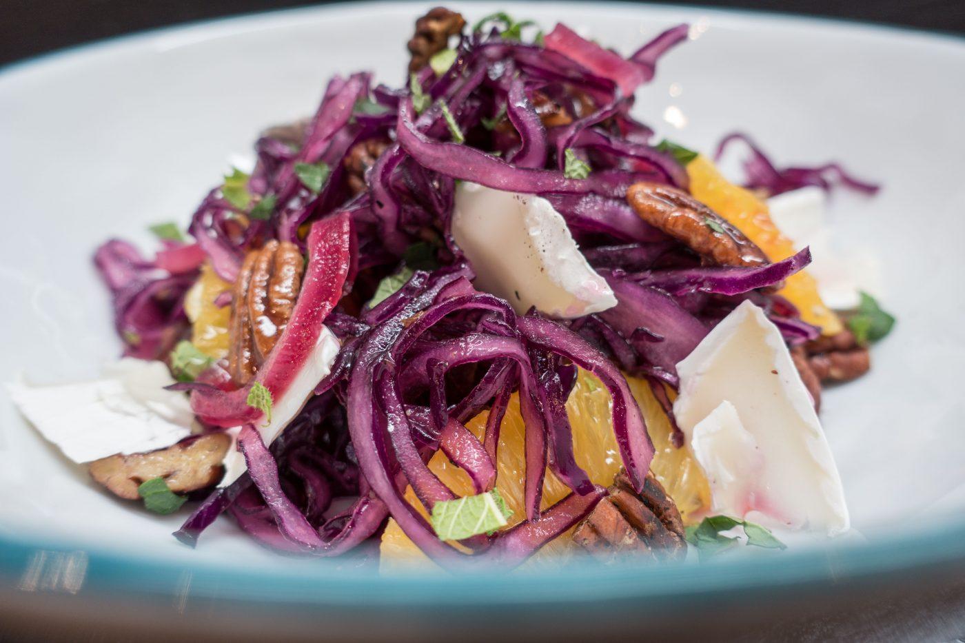 Rotkohlsalat mit Orange, Dattel & Ziegenkäse