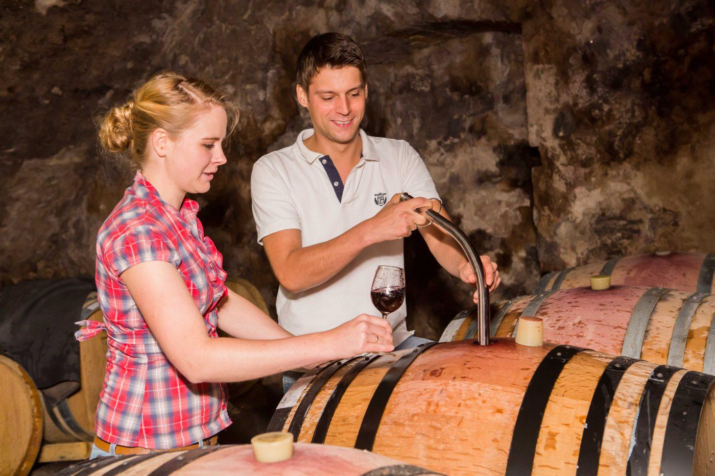 Lisa Bunn und ihr Mann bei der Weinprobe am Fass