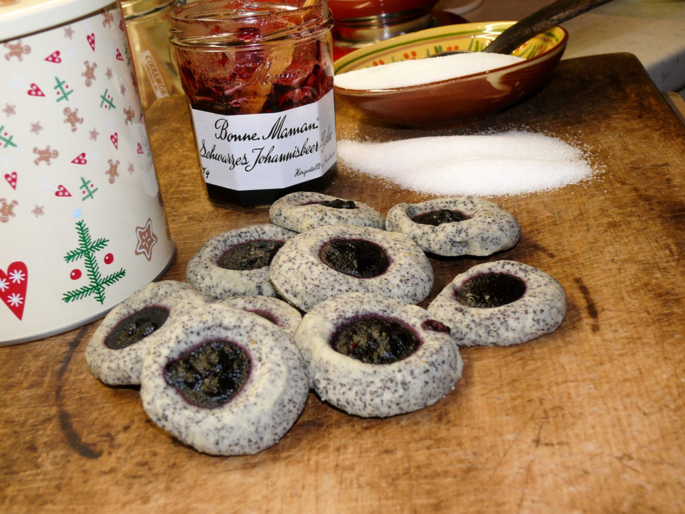 Christmas cookies: Bull's eye poppy-seed biscuits