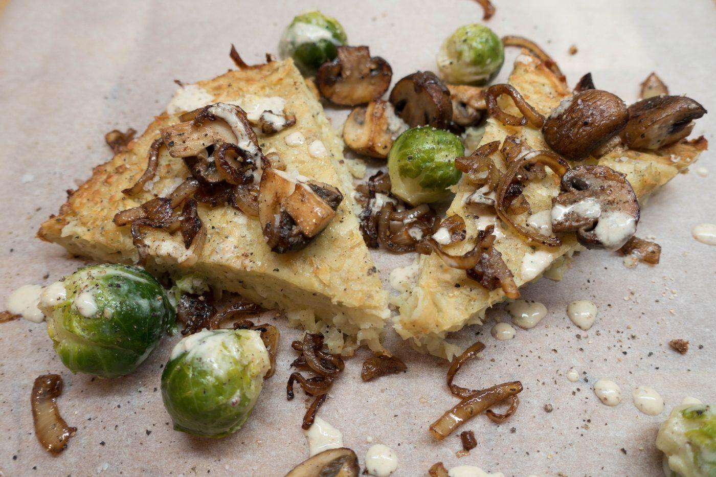 Herzhafter Kartoffelkuchen mit Rosenkohl, Zwiebeln und Champignons