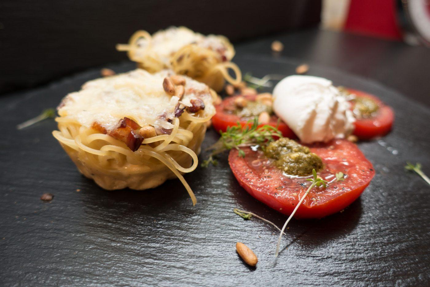 Spaghetti Muffins mit Tomatensalat