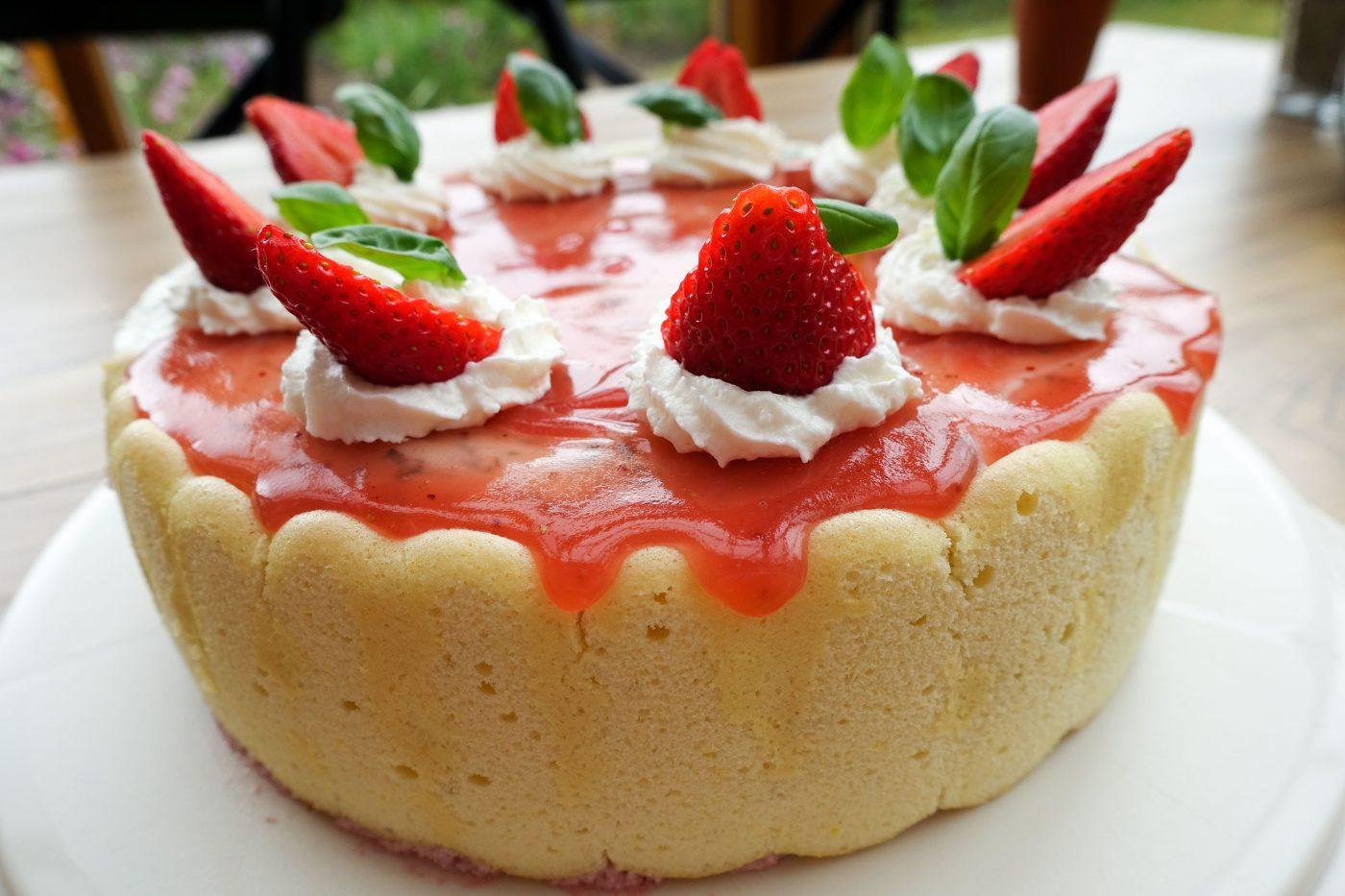 Erdbeer Torte mit Joghurt und Basilikum