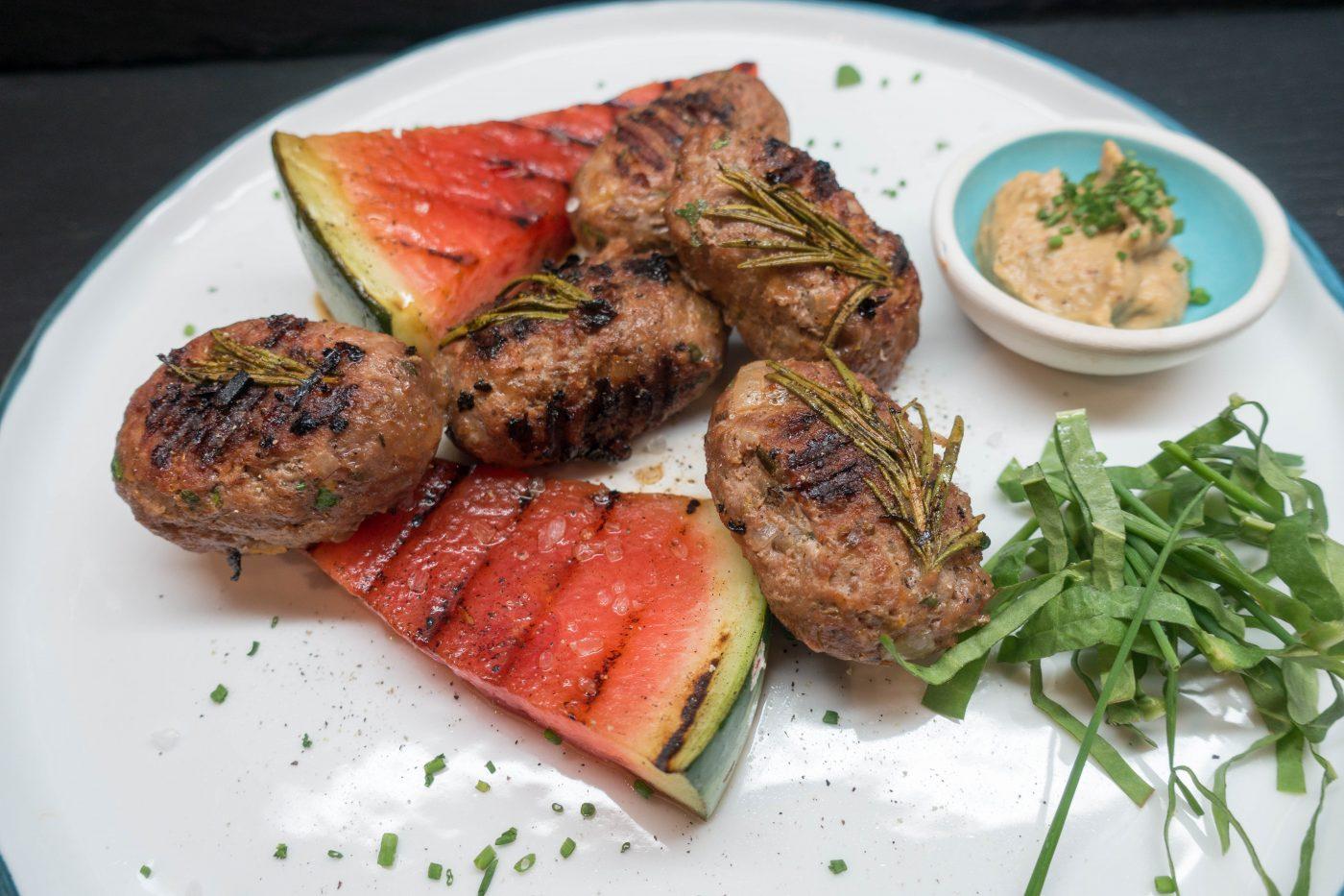 Bifteki oder griechische Hacksteaks mit gegrillter Wassermelone