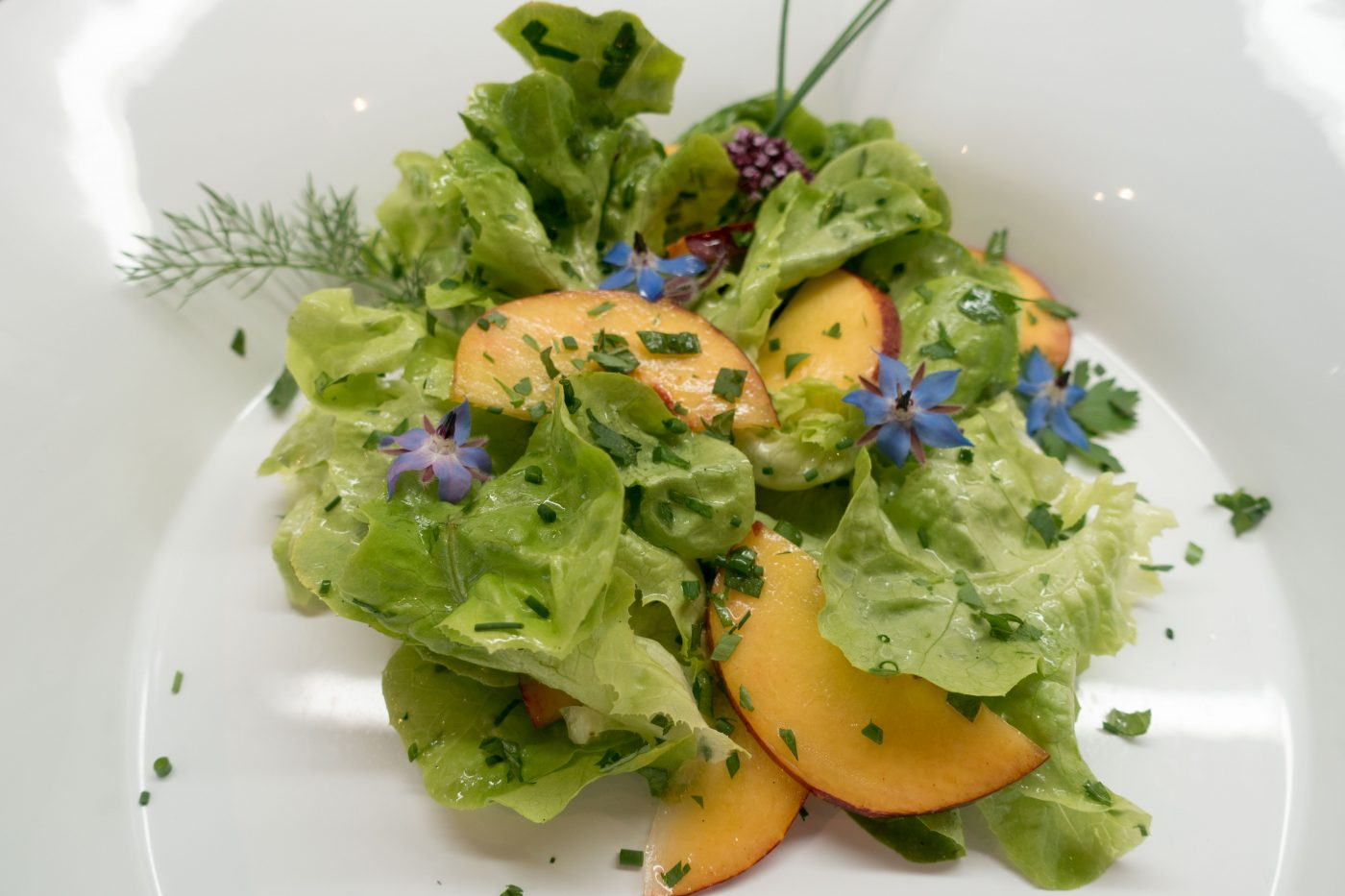 Schollenfilet mit Blattsalat und Pfirsich