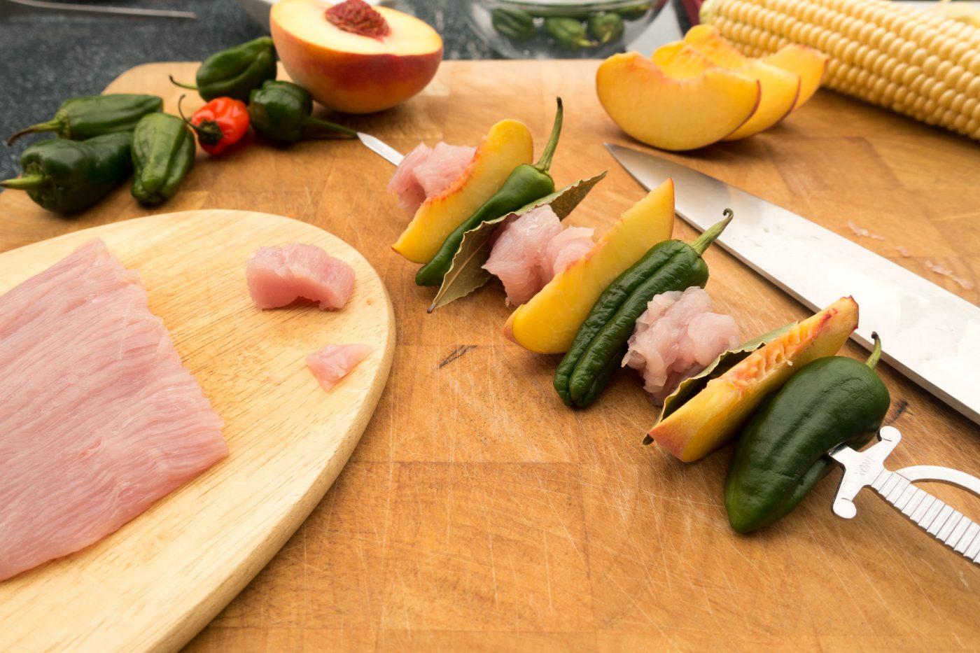 Putenspiesse mit Pfirsich & Pimientos de Padron