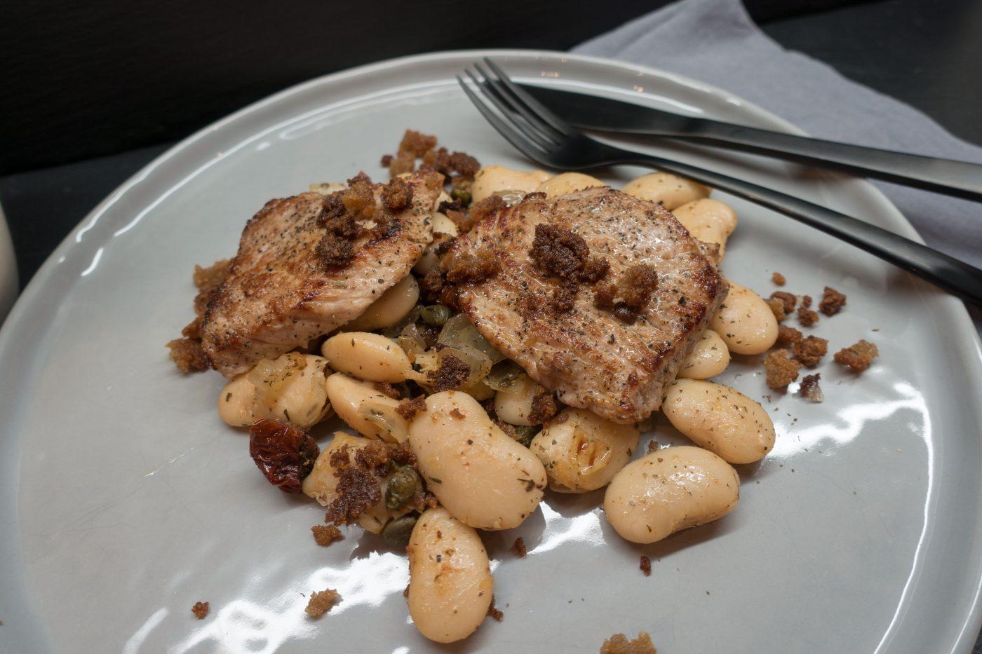 Schweine-Schnitzel auf dicken weißen Bohnen mit Knoblauch-Crumble
