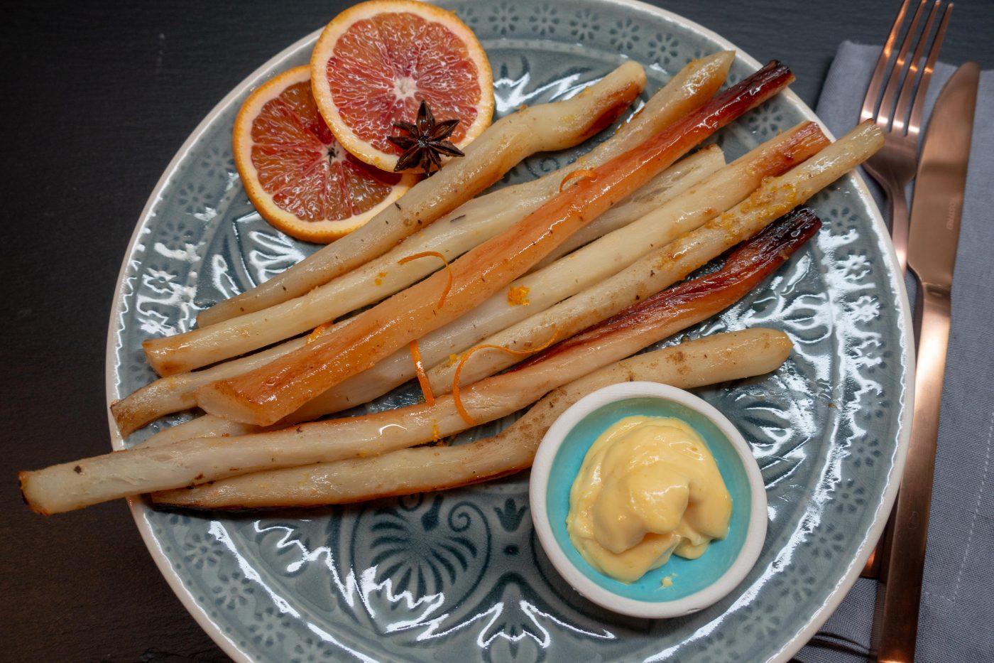 Schwarzwurzeln aus dem Ofen mit Blutorangen-Hollandaise