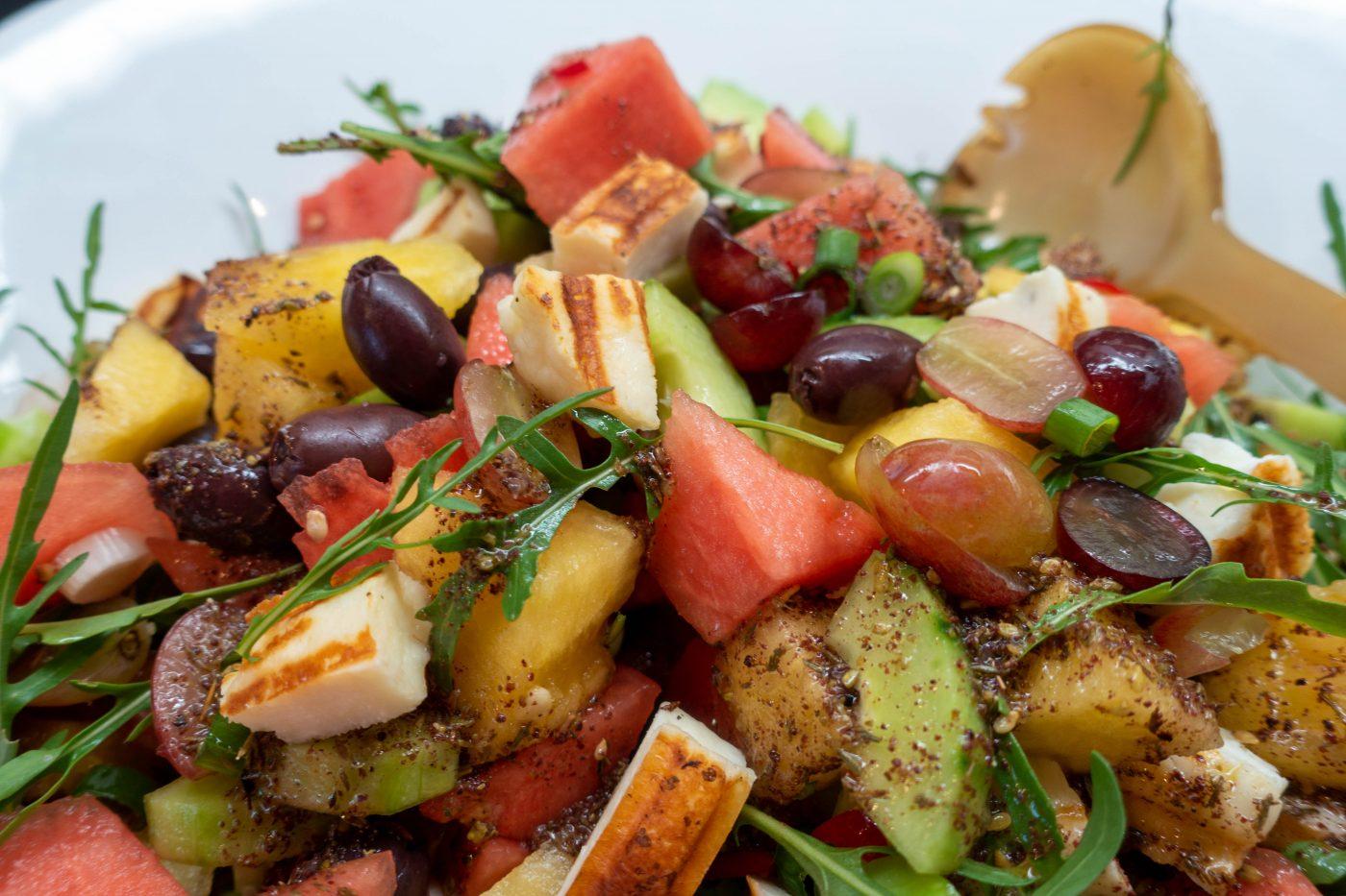 Sommersalat mit Wassermelone, Halloumi und orientalischen Gewürzen