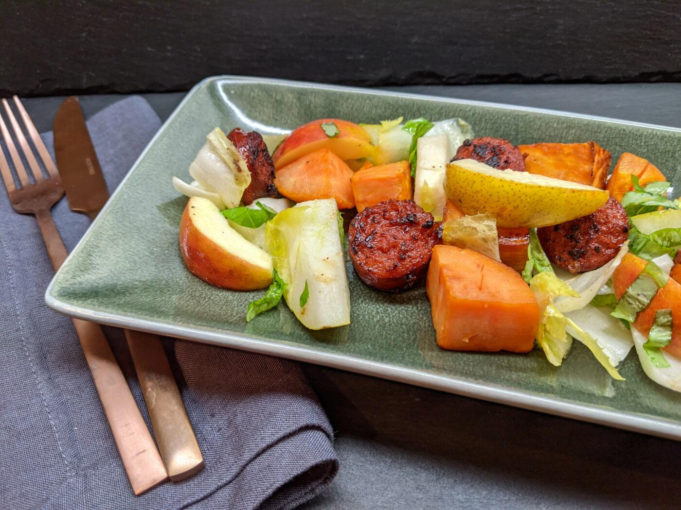 Süßkartoffel-Salat mit Kartoffeldressing, Äpfeln, Birnen, Chicoree und gebratener Chorizo